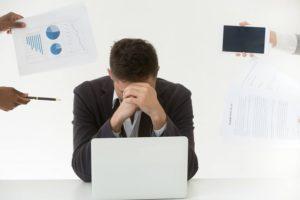 Frustrierter Mann der Fehler beim Webdesign mit WordPress Fehler gemacht hat